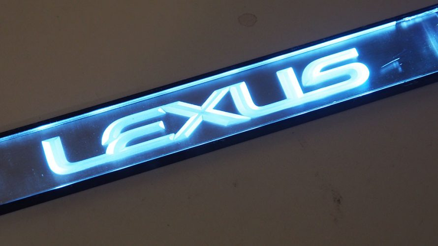 レクサスNX用ワンオフスカッフプレート(純正インテリアイルミネーションランプASSY検証)